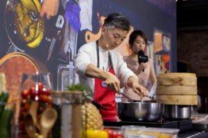 MUME主廚林泉在台上示範如何處理豬皮並在200度的油溫下酥炸至四五倍大