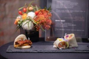 圖右為主廚林泉精心製作融合中西元素的潤餅,圖左為鰻魚刈包